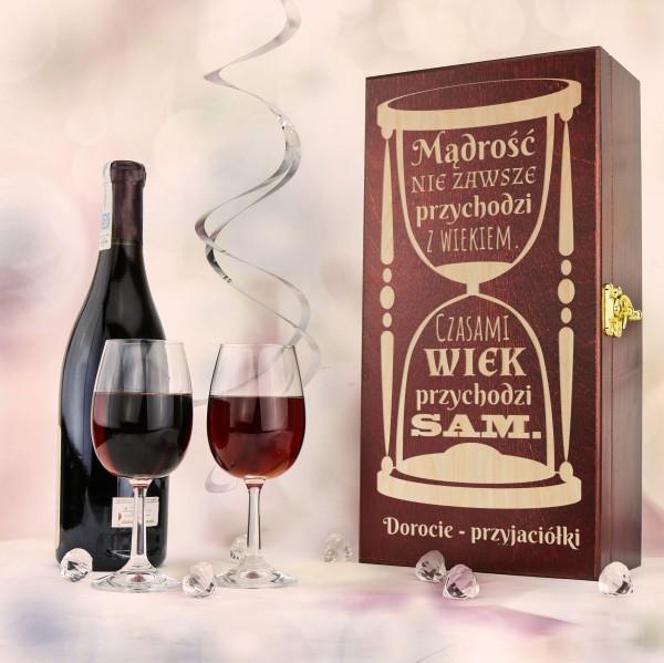 drewniana skrzynka na wino z grawerem i dwa kieliszki na prezent na urodziny