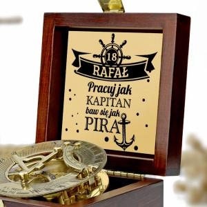 kompas w drewnianej szkatułce z grawerem na prezent