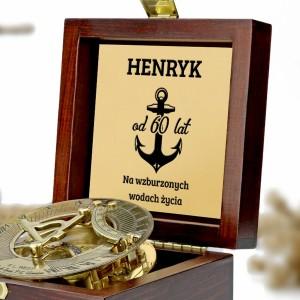 grawerowany kompas w szkatułce na prezent