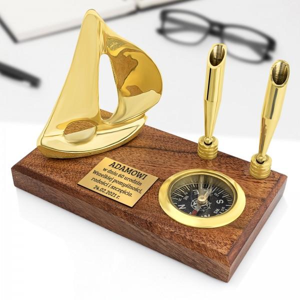kompas na desce z grawerem dedykacji