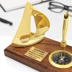 stojak na długopis z żaglówką i kompasem