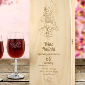 drewniana skrzynka na wino z życzeniami na 60 urodziny dla niej
