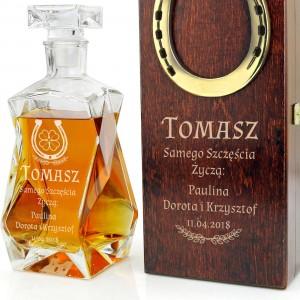 karafka do whisky w drewnianym pudełku z grawerem dedykacji i podkowa na szczęście