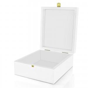 białe pudełko z grawerem na prezent