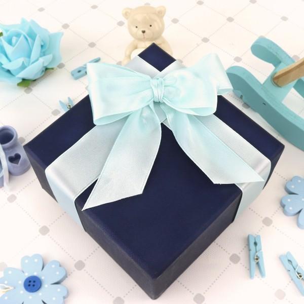 pudełko na prezent z okazji chrztu z błękitną wstążką