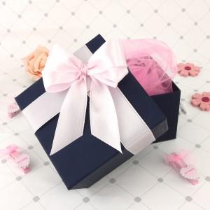 pudełko na prezent z różową wstążką