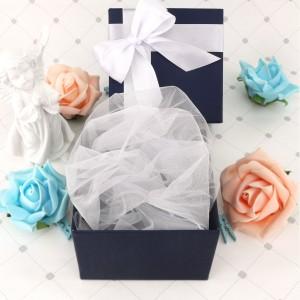 pudełko na prezent z białą wstążką na chrzest
