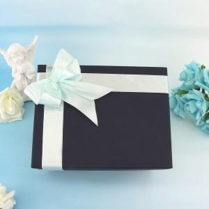 pudełko na prezent z niebieską wstążką