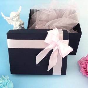 tekturowe opakowanie na prezent z różową wstążką