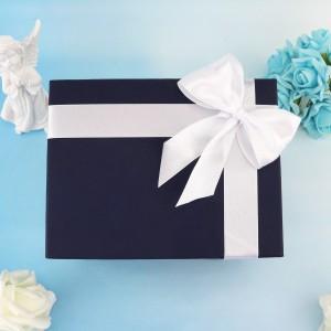 pudełko na prezent z białą wstążką