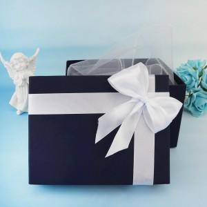 pudełko prezentowe na chrzest z białą wstążką