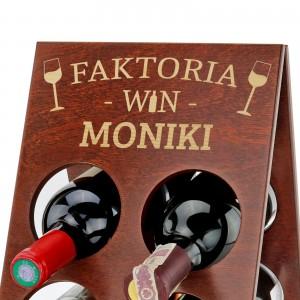 drewniany stojak na wino z grawerem imienia