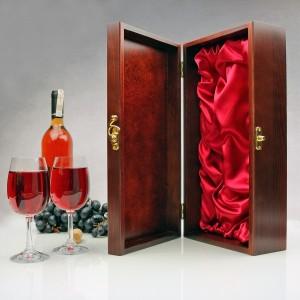 skrzynka na wino z kieliszkami i grawerem na urodzinowy prezent dla niego