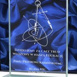 szklana statuetka z dedykacją na prezent dla matematyka