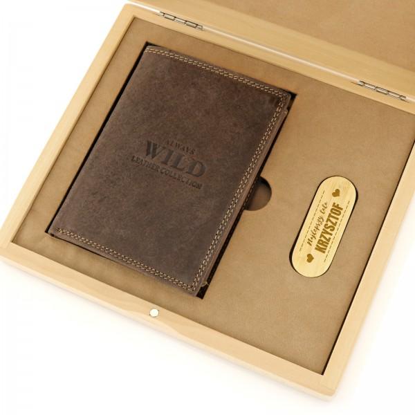 6445f19a1f711 prezent na dzień taty portfel i pendrive w skrzynce z grawerem. zestaw  prezentowy ...