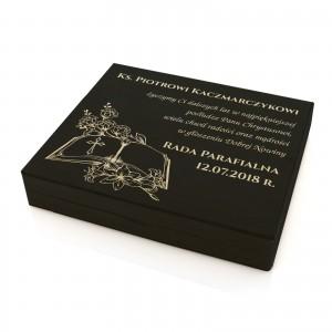 prezent dla księdza skrzynka na upominki z grawerem