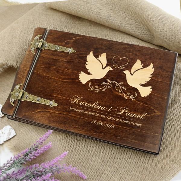 drewniany album na zdjęcia z grawerem na prezent na ślub