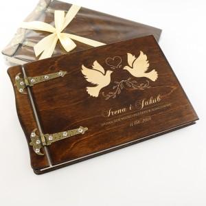 prezent ślubny dla młodej pary grawerowany album na zdjęcia