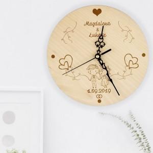 drewniany zegar z dedykacją na prezent dla młodej pary