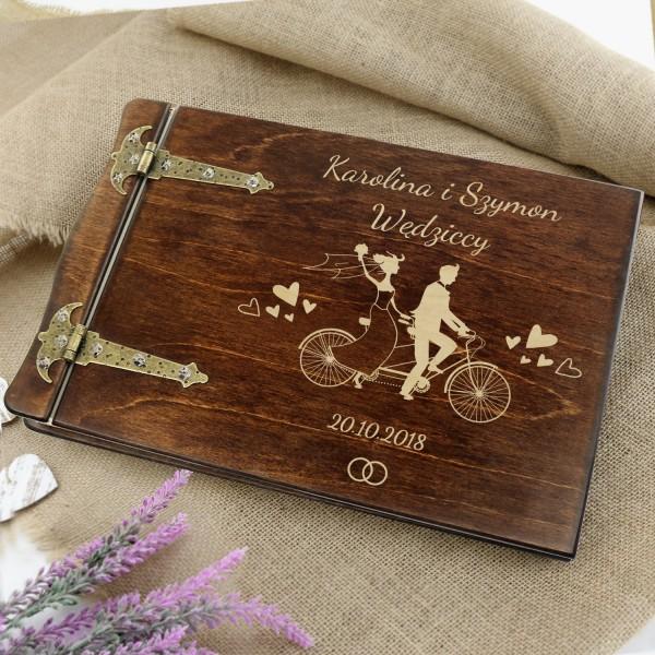 drewniany album na zdjęcia z grawerem na prezent ślubny