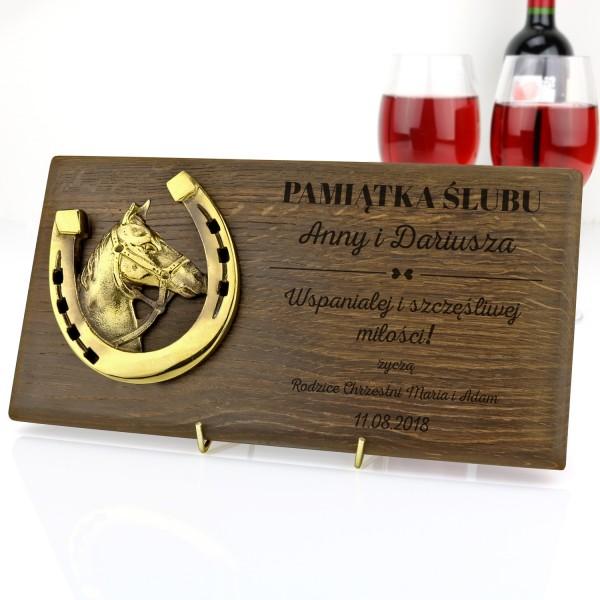 mosiężna podkowa na desce z grawerem na prezent na ślub
