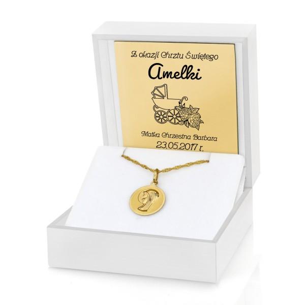 medalik na chrzest w pudełku z grawerem dedykacji