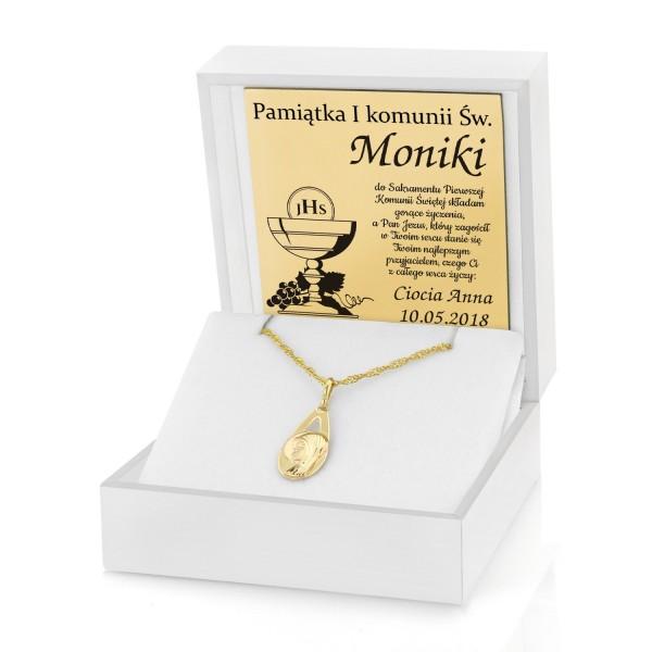 złoty medalik z matką boską w pudełku z dedykacją na prezent z okazji komunii świętej