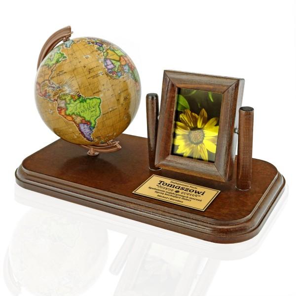 globus i ramka na zdjęcie na podstawie z dedykacją
