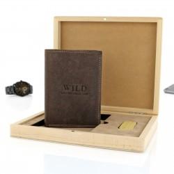 portfel i pendrive w drewnianej skrzynce z dedykacją na prezent urodzinowy dla niego