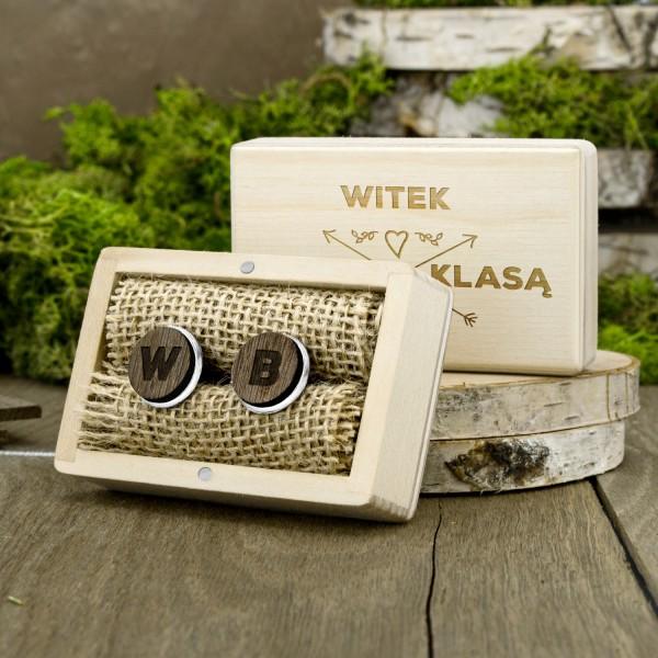 spinki do mankietów w drewnianej skrzynce z dedykacją na prezent dla chłopaka