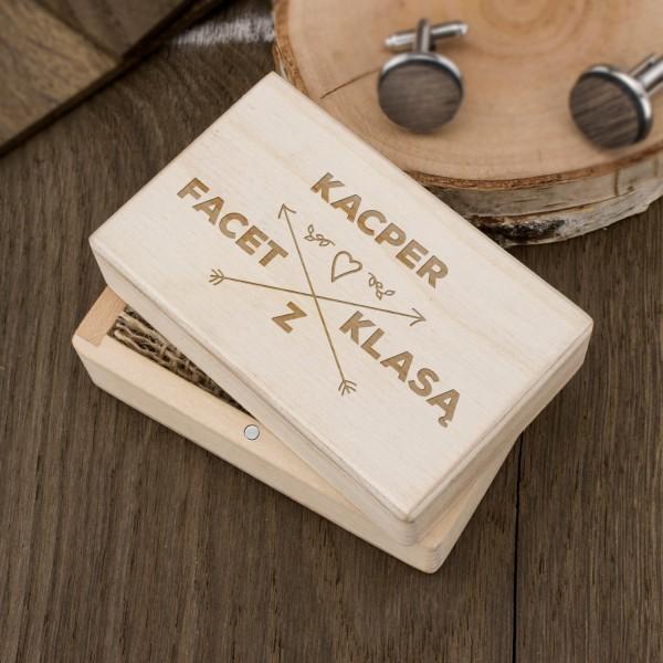 d3d68a98fb3c2 prezent dla niego spinki w grawerowanym pudełku. drewniane spinki do  mankietów ...
