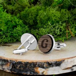 drewniane spinki do mankietów z inicjałami na prezent dla świadka weselnego