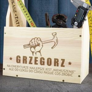 pomysł na prezent dla emeryta drewniana skrzynka na narzędzia z imieniem