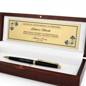 długopis na prezent w drewnianym pudełku z dedykacją na emeryturę