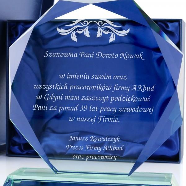 305c45edebea20 Szklane trofeum z dedykacją na prezent dla odchodzącej na emeryturę