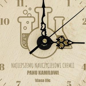 grawerowany zegar z drewna na prezent dla chemika