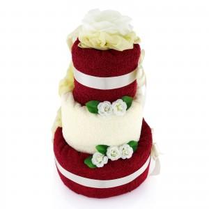prezent dla pary od dzieci tort z ręczników i ozdobnymi kwiatami
