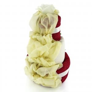 tort z ręczników z haftem imion i dekoracjami