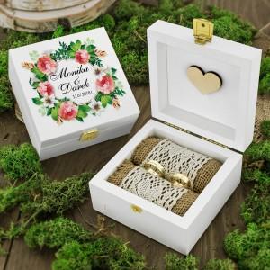 drewniana szkatułka na obrączki z personalizacją kwiatowy wianek