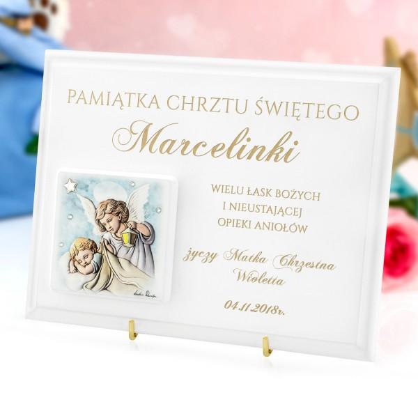 obrazek na białym podkładzie z grawerem na chrzest anioł z latarenką