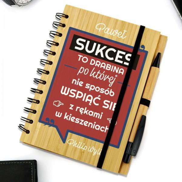 notes z drewnianą okładką z nadrukiem sukces