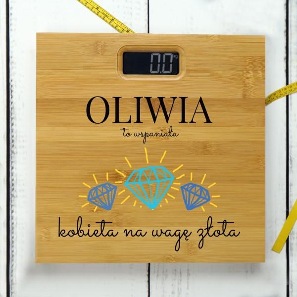 waga bambusowa z imieniem na prezent dla niej waga złota