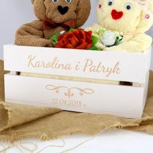 zakochane misie z ręczników w skrzynce na prezent na ślub