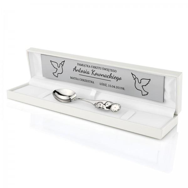 srebrna łyżeczka na chrzest bobas w białym pudełku z grawerem