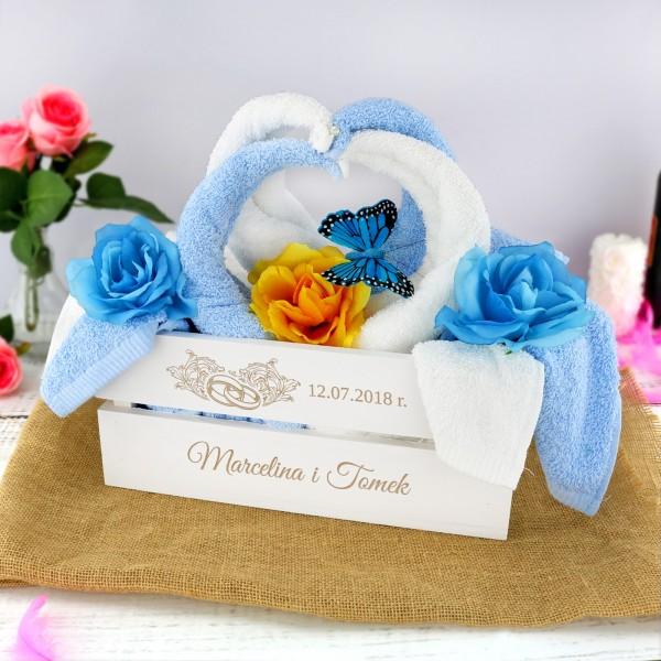 prezent dla młodej pary komplet ręczników w skrzynce z grawerem ślubne łabędzie