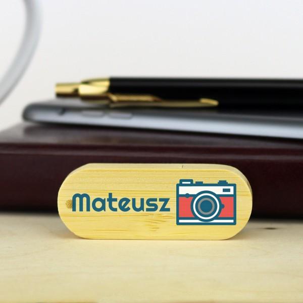 pendrive z nadrukiem imienia aparat na prezent dla fotografa