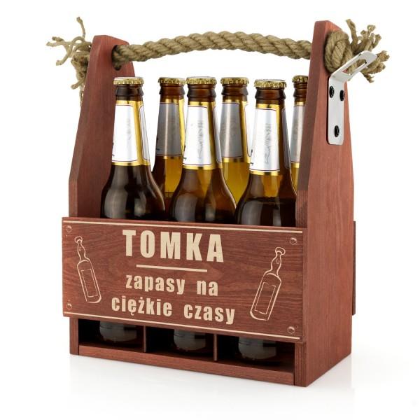 drewniana skrzynka na piwo z otwieraczem z grawerem imienia na prezent dla faceta