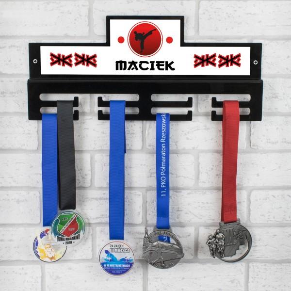 wieszak na medale czarny z imieniem na prezent dla młodego karateki