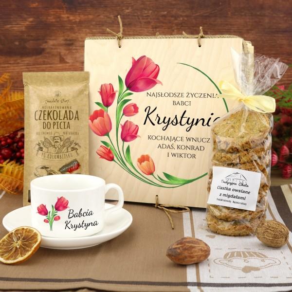 zestaw prezentowy dla babci tulipany filiżanka, czekolada i ciasteczka w pudełku