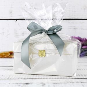 biała skrzynka na herbatę na prezent dla babci na imieniny